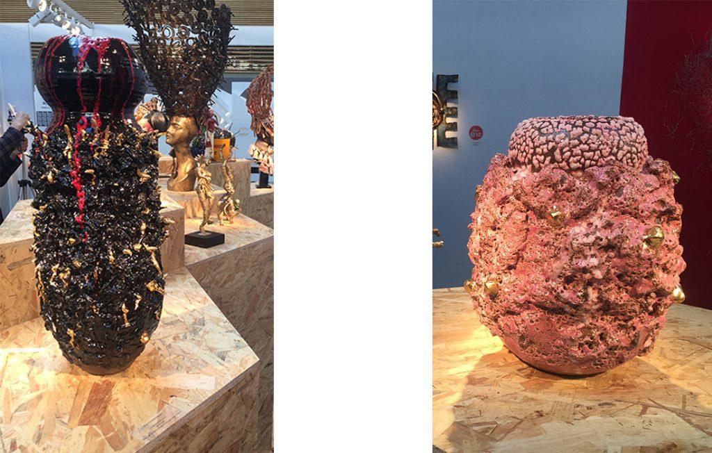 King Houndekpinkou, La Veuve noire, 2016 (Grès noirs et blancs, émail noir et rouge sang, dorures), et Vase sculptural rose à dorure, 2016 (Grès noir et blanc, fragments d'argile de Sè au Bénin, superposition d'émaux violet, magenta et bleu), présentés par la galerie Vallois (Paris, France)