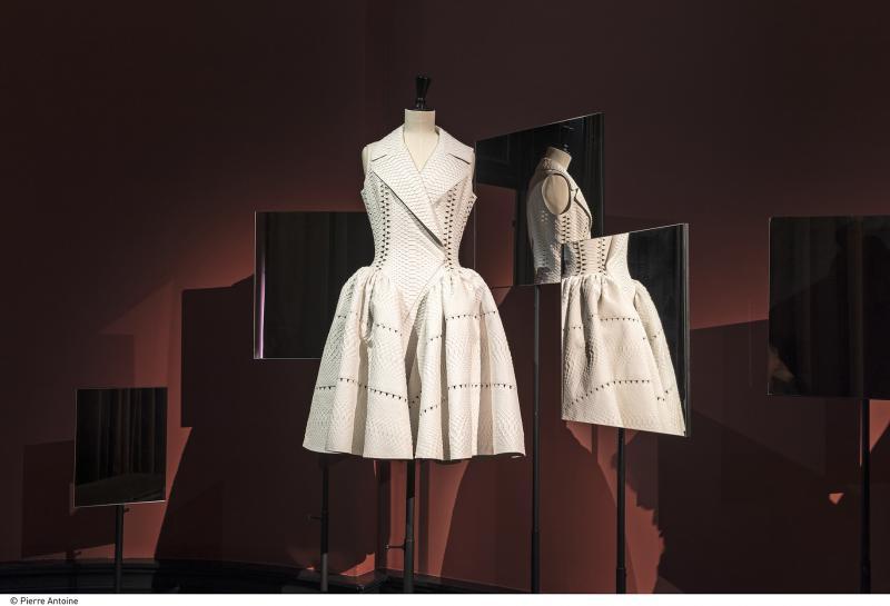 """Robe de la galeriste Carla Sozzani, en python blanc, signée Azzedine Alaïa. Extrait de l'exposition """"Anatomie d'une collection"""" au Palais Galliera en 2016"""
